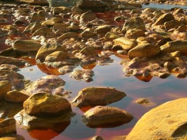 El color rojizo de las aguas le da nombre al río. Imagen: L.CH./UNED.