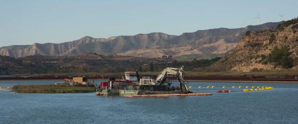 Máquina de dragado junto a la fábrica de Ercros en el río Ebro. Foto: Antonio Calvo